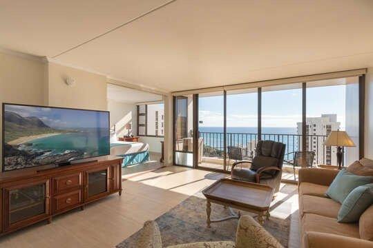 37th Floor Condo with Sweeping Ocean Views & Free parking!, location de vacances à Kahala