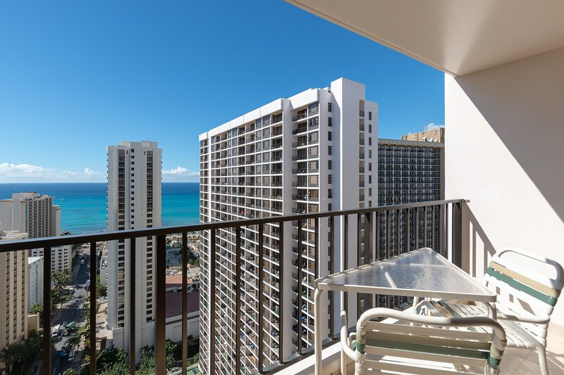 Beautifully Renovated 32nd Floor Deluxe Ocean View Waikiki Condo, location de vacances à Kahala
