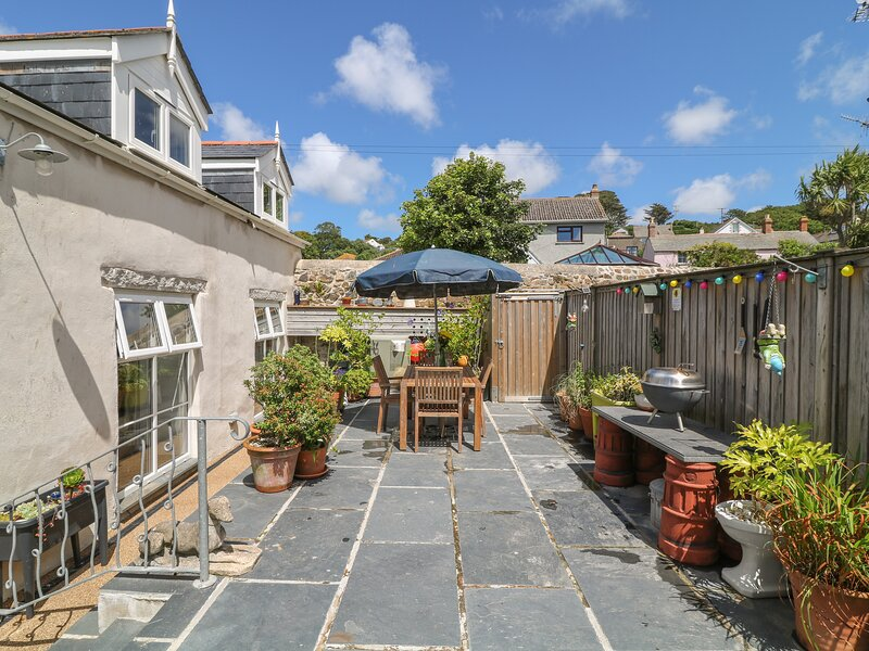 EBENEZER COTTAGE beautifully refurbished cottage, enclosed patio, moments from, Ferienwohnung in Marazion