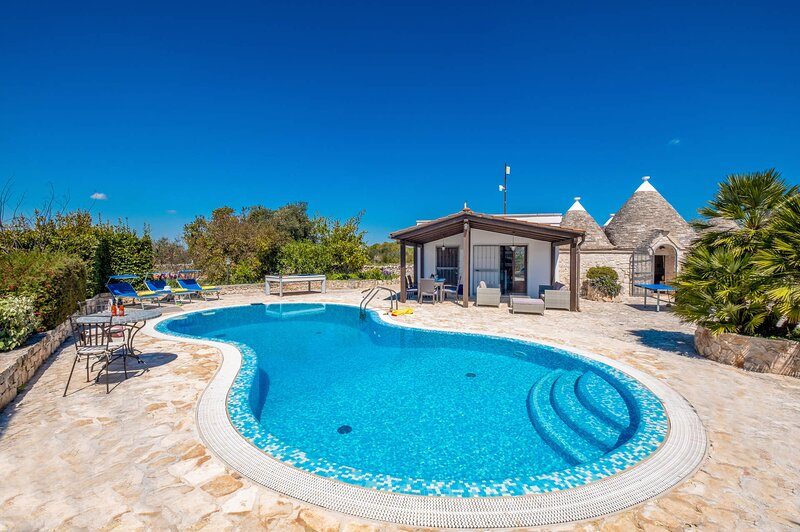 Pretty Countryside Trullo with PRIVATE HEATED POOL, AIR CONDITIONING & WIFI, holiday rental in Alberobello