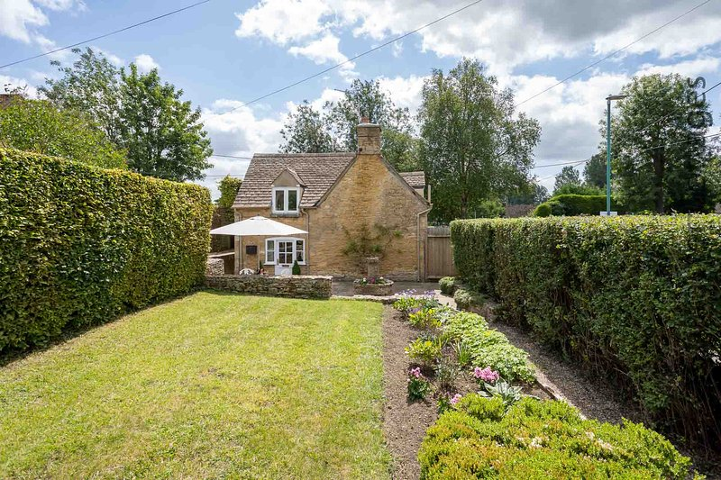 Welcome to Weir Cottage, a stunning retreat located in Bourton-on-the-Water