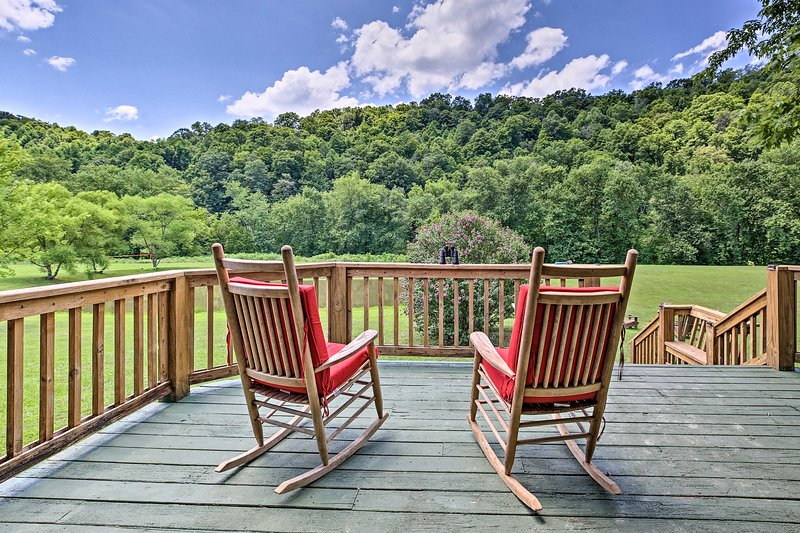 NEW! Secluded Retreat: BBQ, Lawn Games, & Fire Pit, holiday rental in Fall Rock