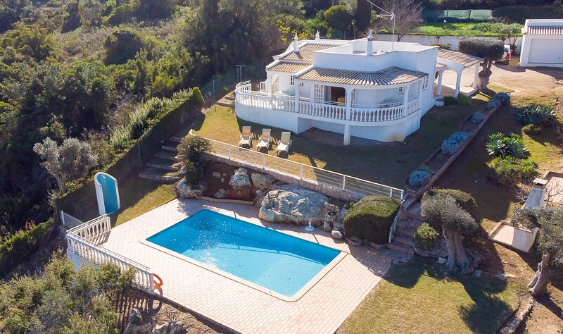 3-Bed Villa in Albufeira 10 min drive to the Beach, holiday rental in Patroves