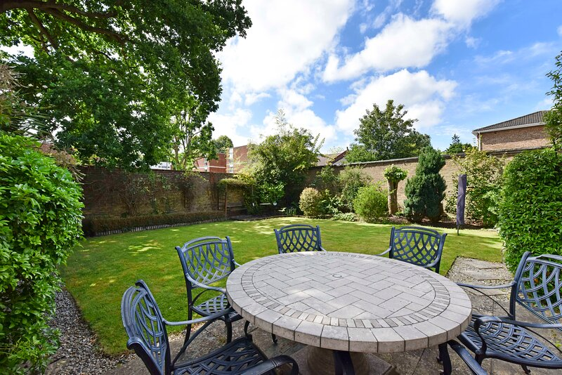 3 bedroom house with walled garden close to trains to London, location de vacances à Chobham