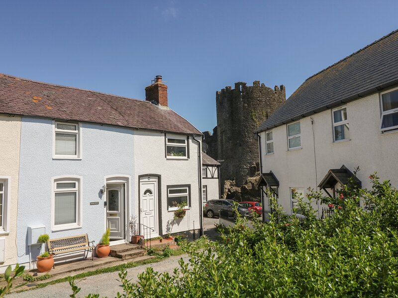 BLUEBELL COTTAGE romantic retreat, close to medieval walls and castle, harbour, vacation rental in Conwy