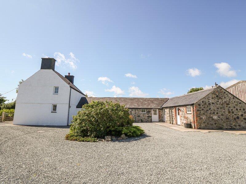 RHOS Y FOEL, former farmhouse, en-suite bedroom, WiFi, Ref 973368, holiday rental in Llithfaen