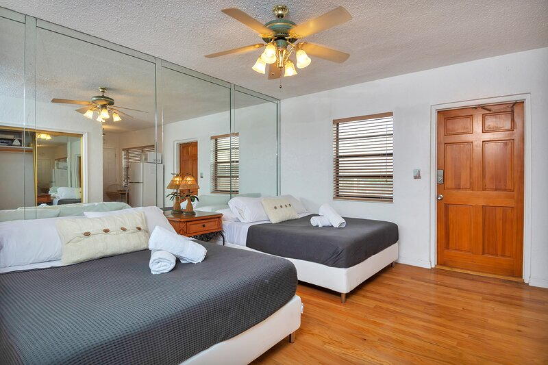 Lovely Double Studio/2Baths, Hollywood Beach, FREE PARKING, SANITIZED (24HR GAPS, holiday rental in Dania Beach