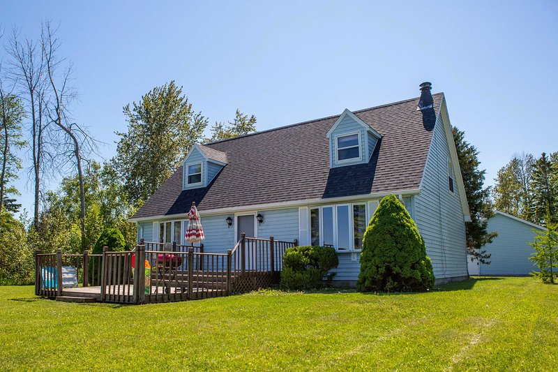 NEW! Lake Huron Private Beach Retreat w/ Fire Pit!, location de vacances à Alpena