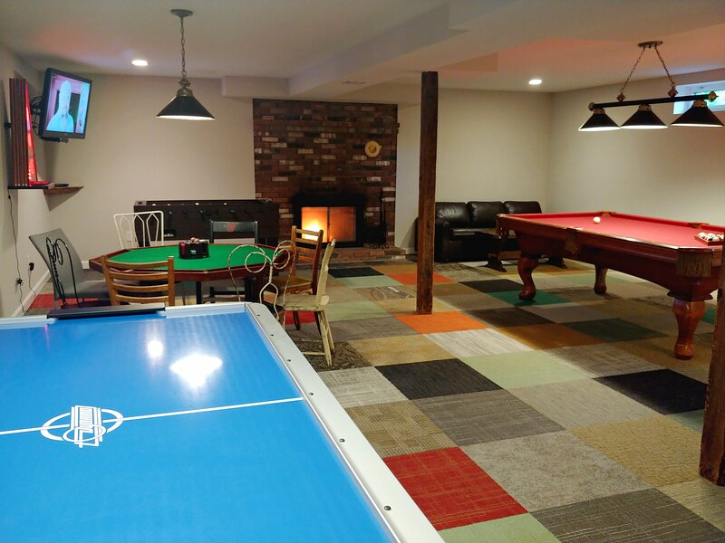 Maple View House: fireplaces, sauna, jettub, 4 TVs, deck, firepit, game room, AC, holiday rental in North Conway