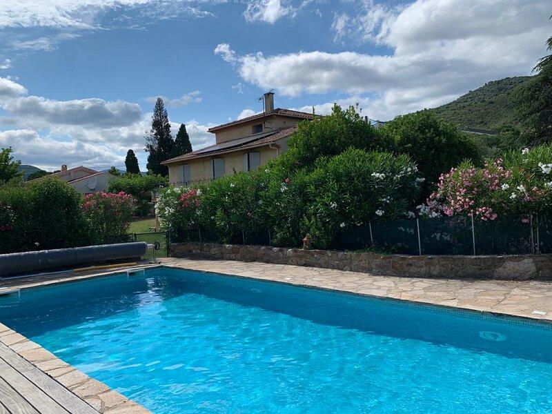 Grande maison avec piscine, au calme en bord de rivière, mais proche du village., holiday rental in Vieussan