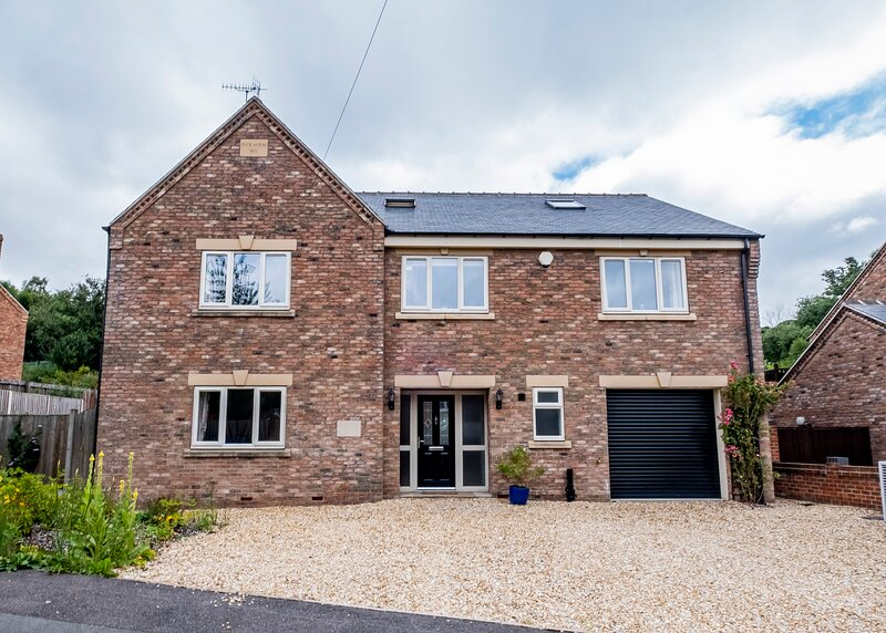 Modern 7-bedroom home with hottub, bbq, pool table, holiday rental in Ault Hucknall