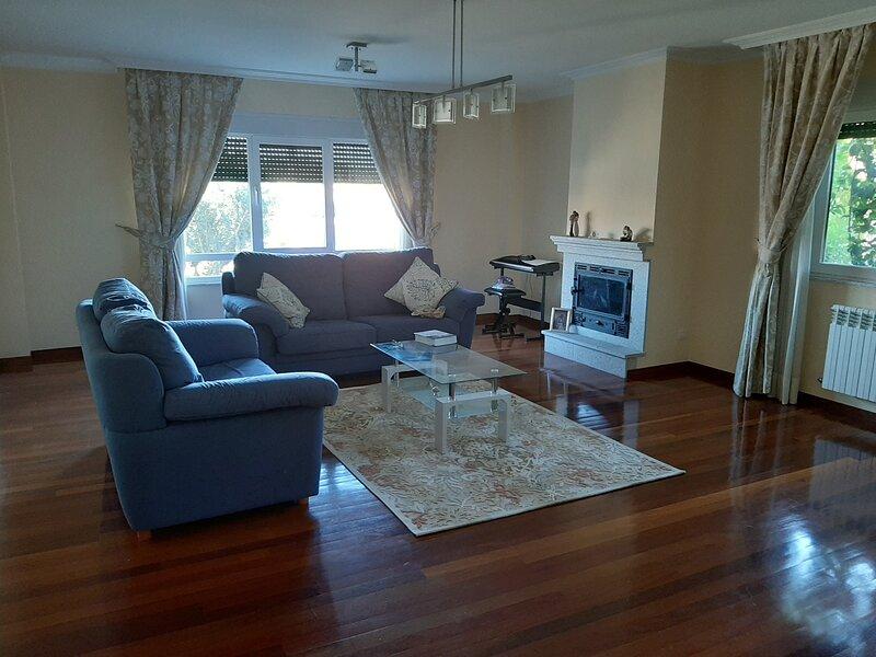 Casa amplia a 5 minutos de Santiago, holiday rental in Roxos