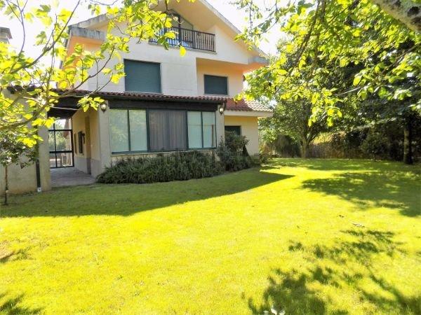 Casa amplia a 5 minutos de Santiago, holiday rental in A Bana