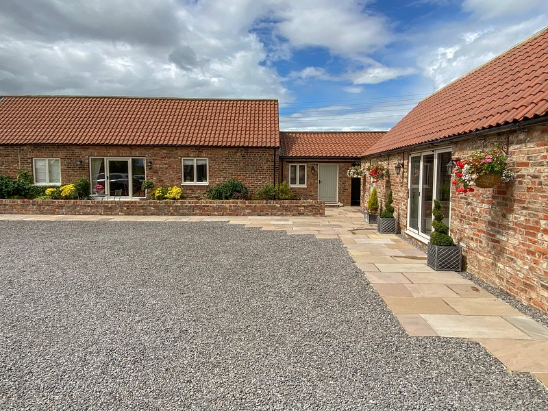 THE BYRE, red brick barn conversion, all ground floor, en-suite, parking, vacation rental in Yarm