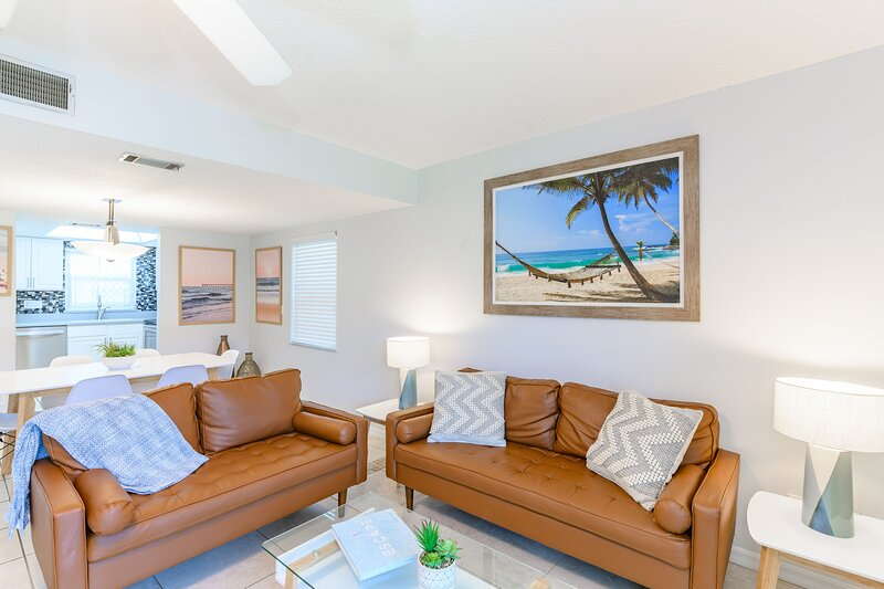 Spacious - Family Friendly - Next to Pier - Large Heated Pool, location de vacances à Cocoa Beach