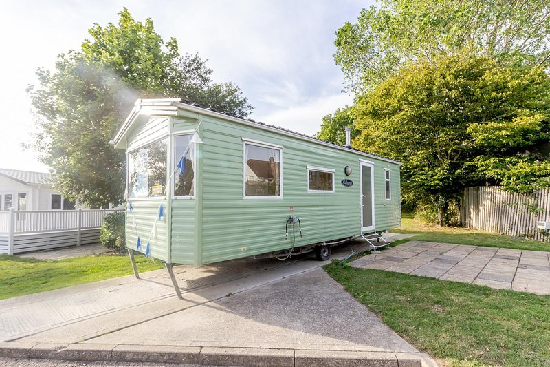 Superb 6 berth caravan at Naze Marine holiday park in Essex ref 17104P, vacation rental in Frinton-On-Sea