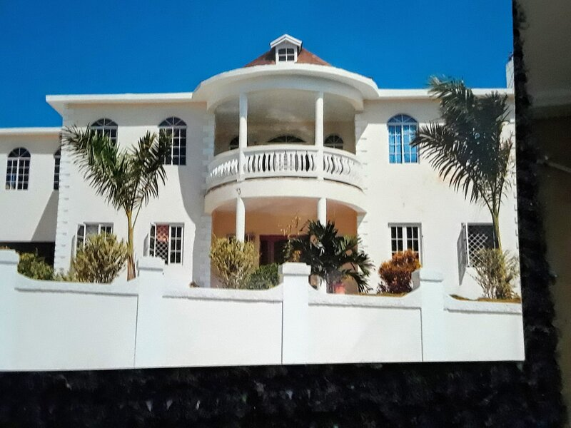 Nicay's Court Entire 1st floor 2 bedrooms 2 bathrooms Sleeps 4.10 mins from city, vacation rental in Montego Bay