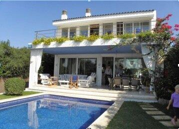 Luxury water's edge villa with pool, 2 mins walk from beach, vacation rental in Ciutadella