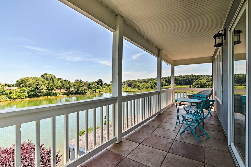 Deluxe Waterford Home w/Outdoor Bar--Steps to Cove, alquiler vacacional en Groton