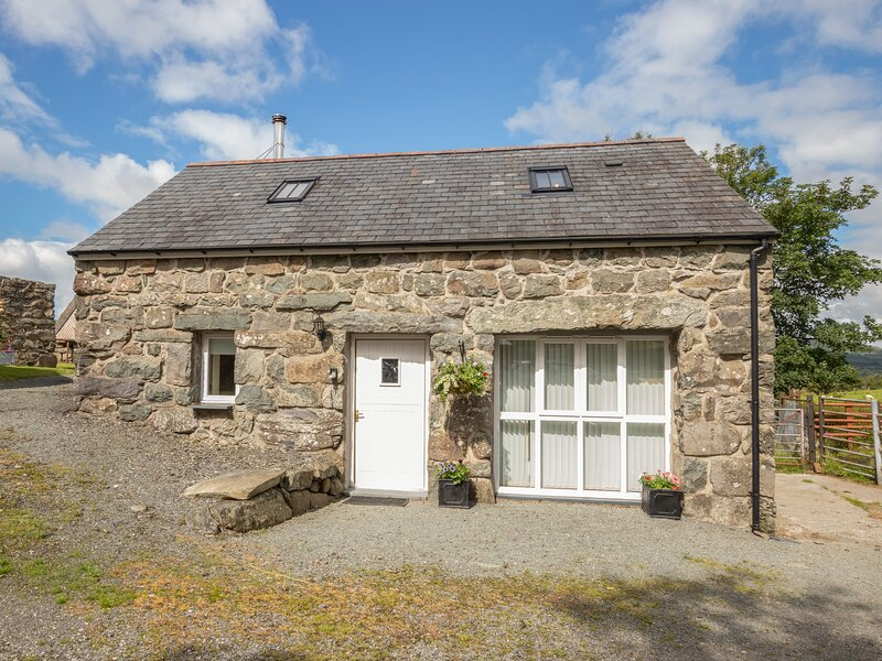 HENDRE COTTAGE, family friendly, character holiday cottage, with a garden in, holiday rental in Bronaber