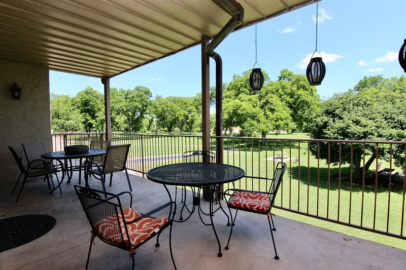 Hill Country Hideout | Sleeps 10 | WiFi | 2 Patios, holiday rental in New Braunfels
