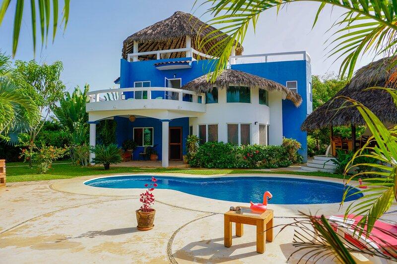 Casa Bibi Puerto Escondido Lujosa Casa + desayuno + aire acondicionado + alberca, alquiler de vacaciones en Puerto Escondido