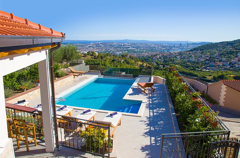VILLA BELLA VISTA' 7 KM from Split-PANORAMIC PERFECT VIEW, HEATED POOL,BBQ – semesterbostad i Split
