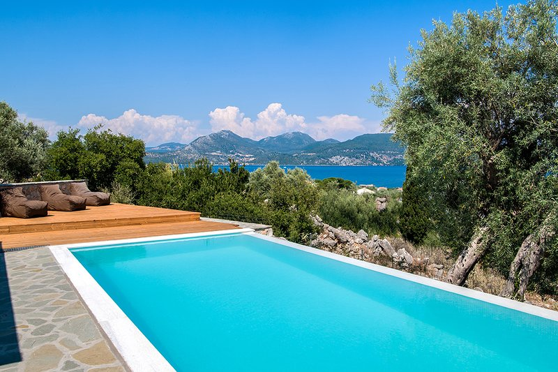 Uncommon Villa Loulou with Private Pool 2 min away from the beach, location de vacances à Alexandros