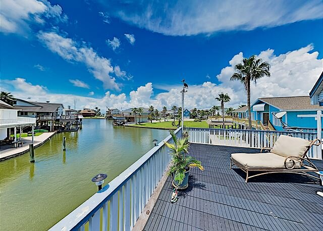 Waterfront Island Tiki House w/ Large Deck, Private Boat Slip & Stunning View, alquiler de vacaciones en Tiki Island