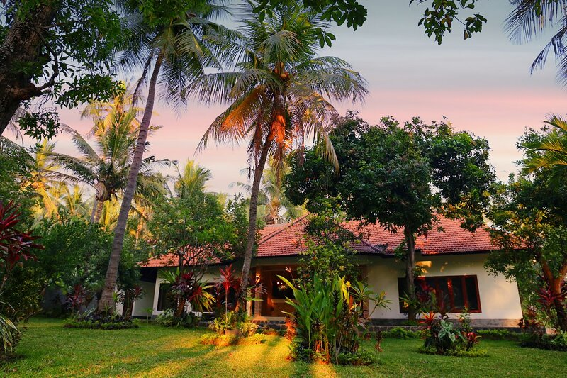 Garden Villa in traditional Bali village 80 meters from the sea, vacation rental in Toya Bungkah