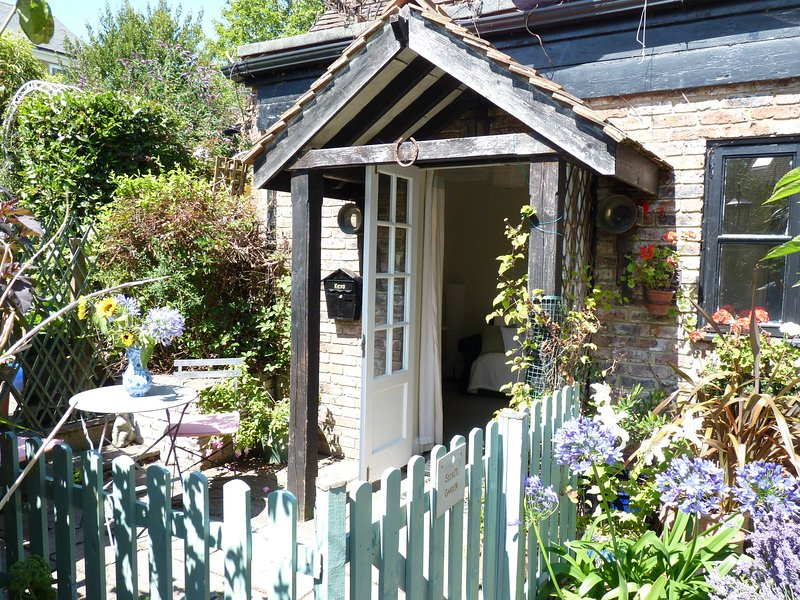 The Secret Garden Tranquil Retreat for Couples With 1 Bedroom, vacation rental in East Dean