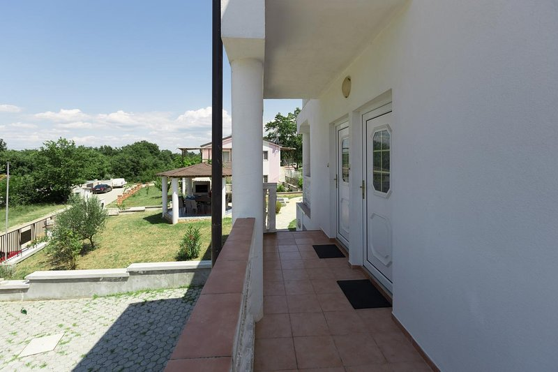 Radmani Holiday Home Sleeps 15 with Pool and Air Con - 5769494, holiday rental in Radmani