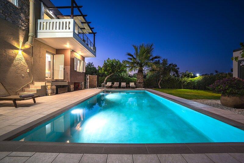 Petronila Luxury Villa With Heated Pool, 1km From Kissamos Beach, Chania, vacation rental in Kissamos