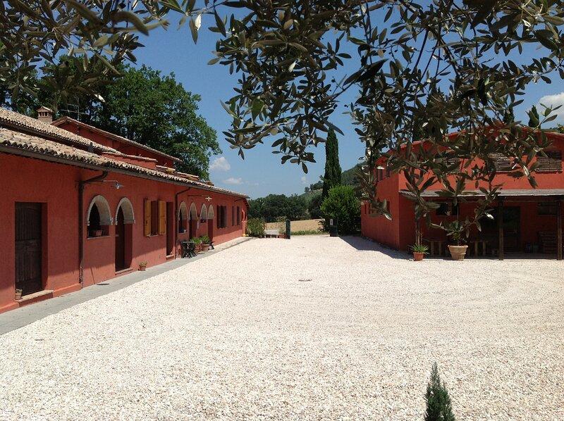 Agriturismo Collelignani a Eggi-Spoleto, con 11 appartamenti con bagno privato, vacation rental in Bazzano Superiore
