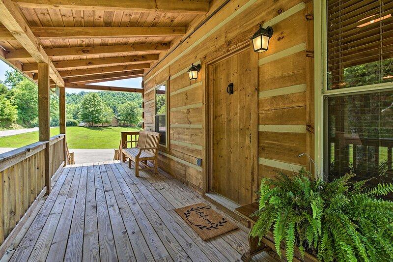 NEW! Pet-Friendly Cabin w/ WiFi in Daniel Boone NF, holiday rental in Fall Rock