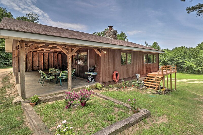 NEW! Creekside Berryville Cabin w/ Kayaks & More!, holiday rental in Green Forest