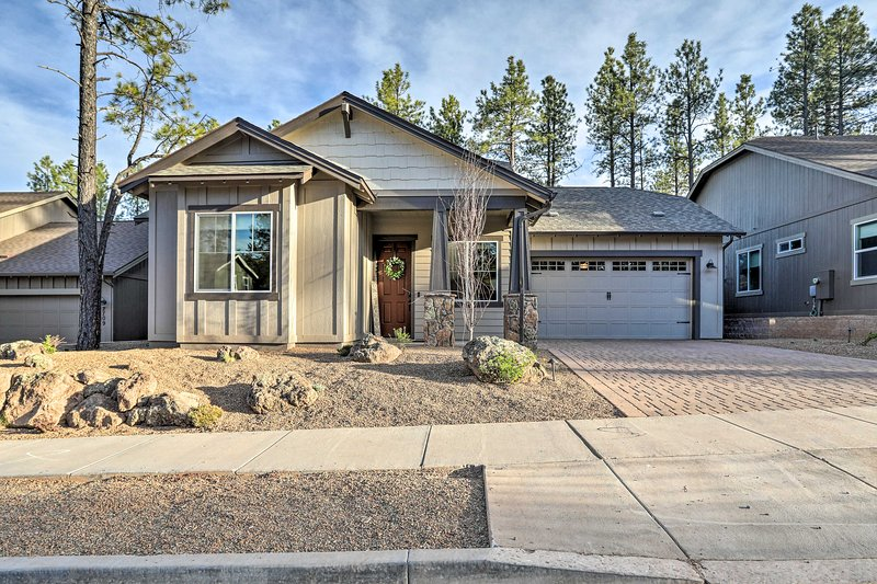 NEW! Chic Modern Flagstaff Home W/Hot Tub+Fire Pit, holiday rental in Bellemont