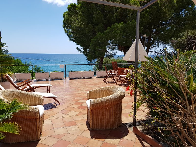 Villa Garraf vista mare, holiday rental in Terme Luigiane