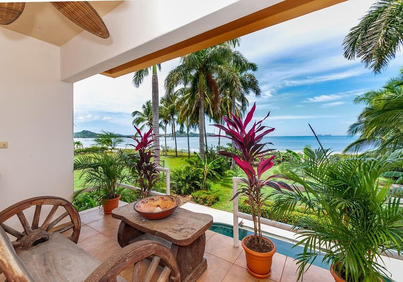 Wow! Palatial beachfront Potrero retreat sleeps up to 15 - with private pool, Ferienwohnung in Potrero