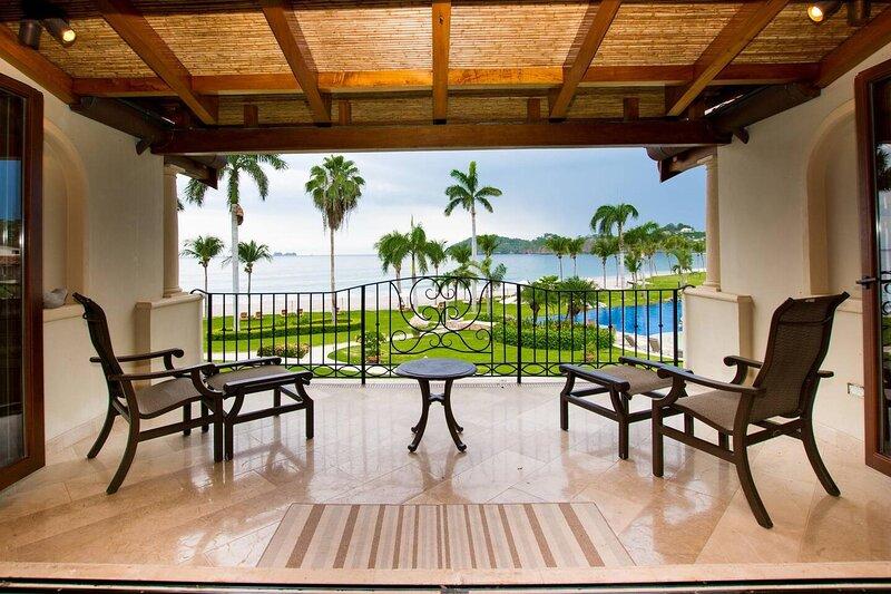 Beachfront Luxury condo with 2 swimming pool, holiday rental in Playa Prieta