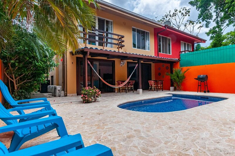 Nicely priced duplex in Surfside with private pool and AC in every room, casa vacanza a Playa Potrero