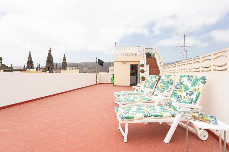 NEW Whole building for 8 with rooftop and garage in Arucas, holiday rental in Banaderos