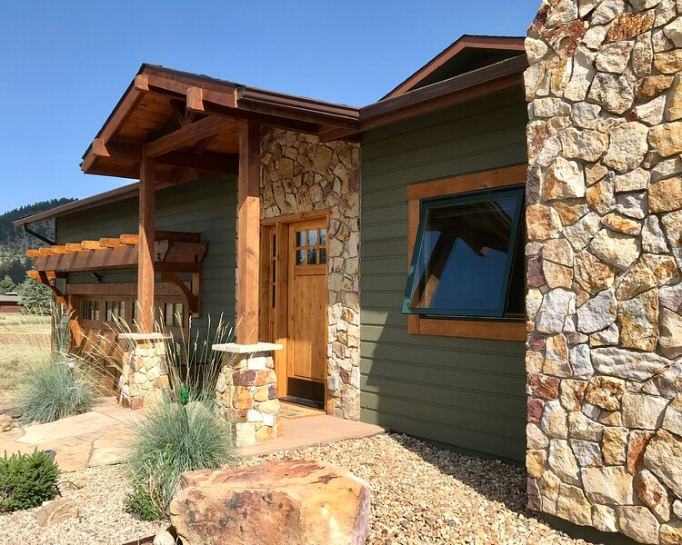 3000sq. ft. / Views from every window / Outdoor spaces/ Extended stay discount, vacation rental in Estes Park