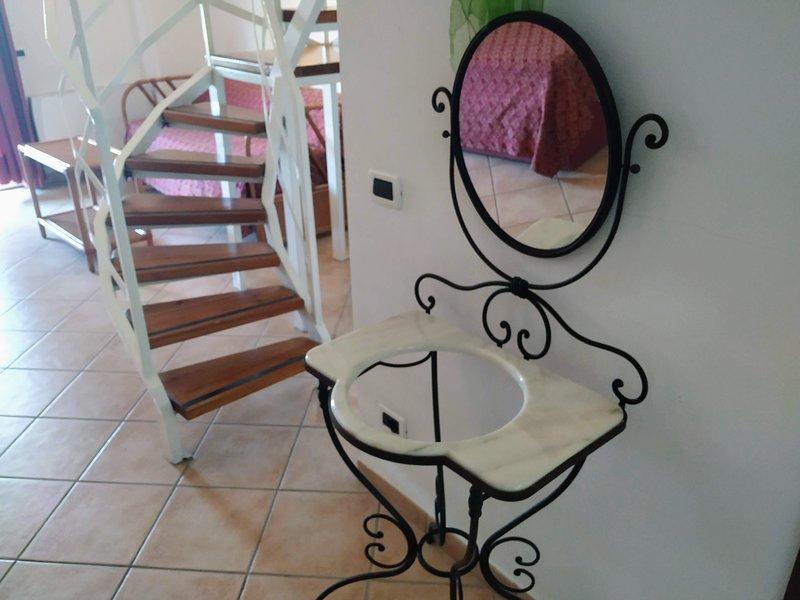 Loft fino a 4 posti letto in villa con piscina, holiday rental in Serrara Fontana