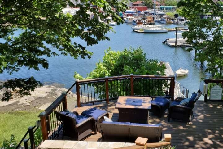 Riverside Retreat: ramp entry, private waterfront yard, near Train to Boston, Sa, location de vacances à Salem