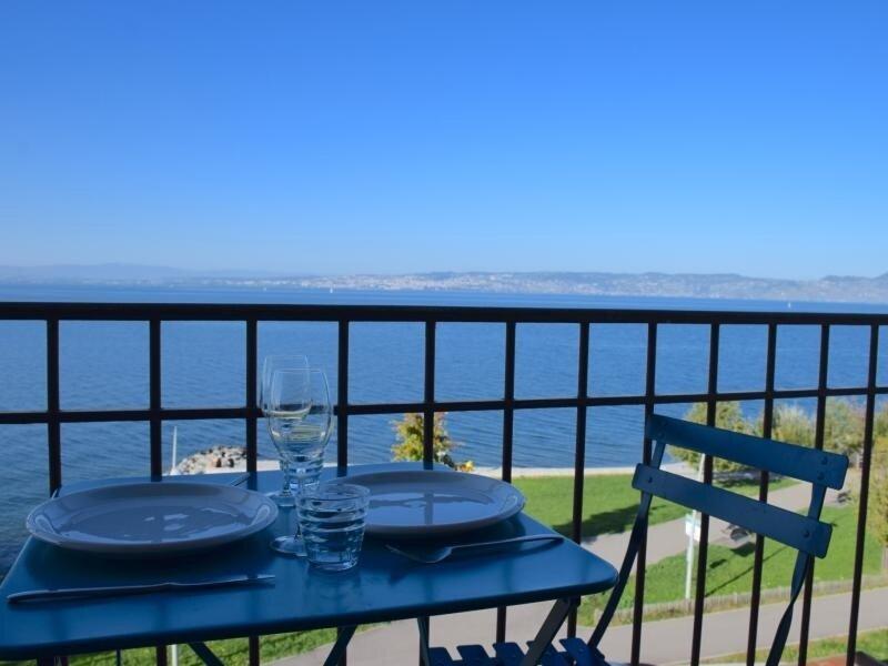 Appartement 4 personnes face à la plage, magnifique vue sur le Lac., vacation rental in Morges