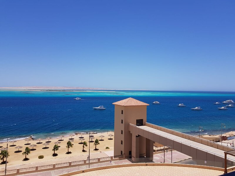 Red Sea View, Chalet in The View Compound, private beach and pool., vacation rental in El Gouna