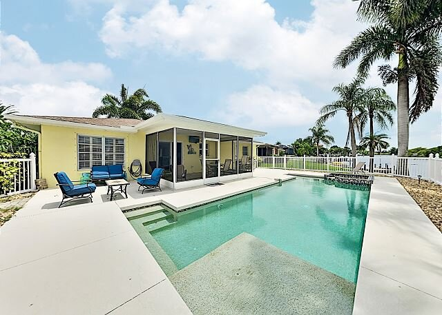 Canal-Front Getaway: Pool, Screened Lanai, Dock – Minutes to Beach & Dining!, holiday rental in Laurel