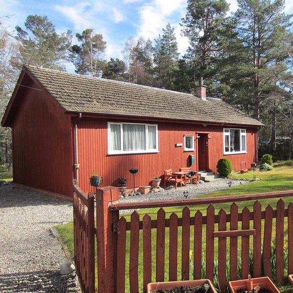 2 Bedroom Red Cedar Cottage Nethy Bridge, alquiler vacacional en Dulnain Bridge