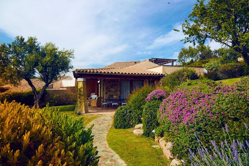 villa indipendente a 300 metri dal mare, holiday rental in Chia